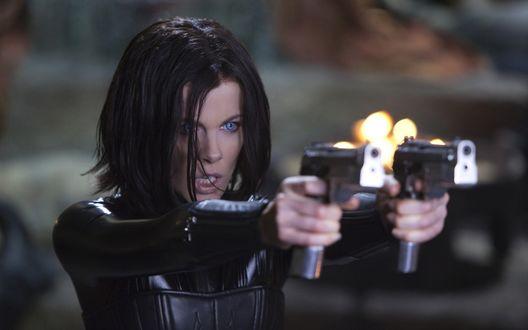 Обои Кэтрин Бэйли Бекинсэйл / Kathryn Bailey с двумя пистолетами из фильма Underworld: Awakening aka Underworld 4 / Другой мир 4 пробуждение
