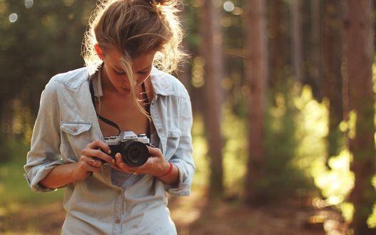 Обои Девушка фотографирует в лесу