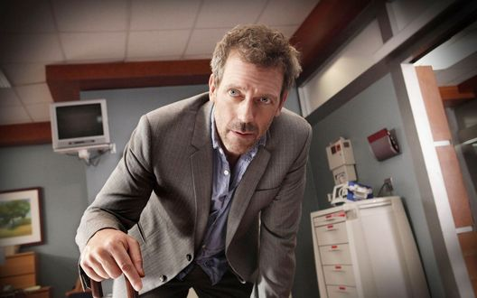 Обои Хью Лори / Hugh Laurie в роли Доктора Хауса в своем кабинете, сериал Доктор Хаус / House M.D.