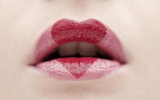 Обои Накрашенные губы с сердечком