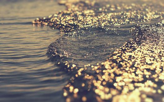 Обои Море переливается под солнечными бликами