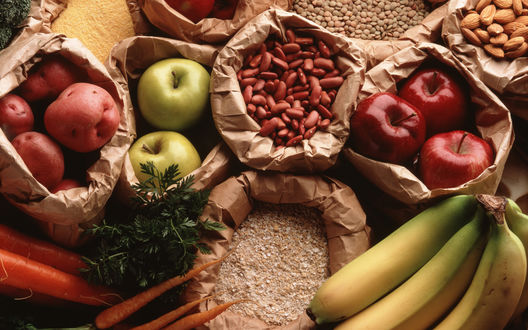 Обои Пакеты с продуктами: картошка, морковка, яблоки, бананы, зелень, орехи и бобы