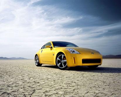 Обои Nissan 350Z / Ниссан 350Z стоит посреди засушливой пустыни