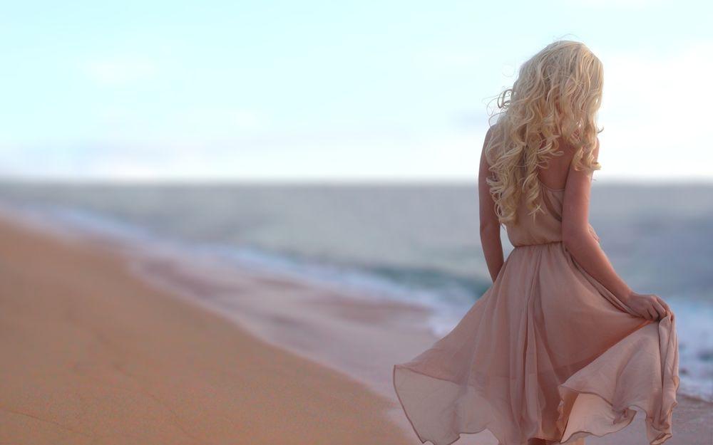 Девушка в платье на берегу моря фото