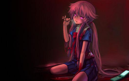 Обои Gasai Yuno / Юно Гасай из аниме «Дневник Будущего / Future Diary / Mirai Nikki» с окровавленным ножом и дротиком сидит рядом с мобильным телефоном в луже крови
