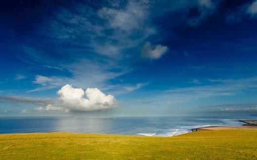 Обои Одинокое облако над красивым морским побережьем