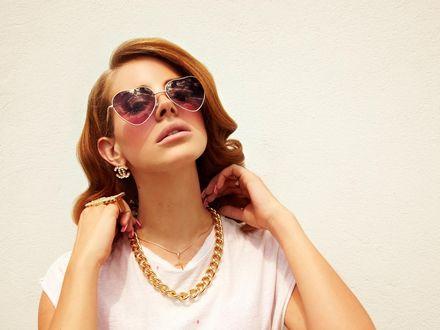 Обои Певица Lana Del Rey / Лана Дель Рей в очках-сердечках