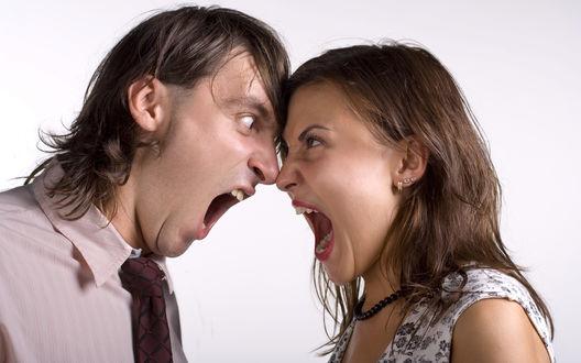 Обои Парень с девушкой кричат друг на друга