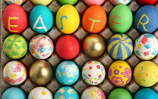 Обои Надпись EASTER / ПАСХА на разноцветных пасхальных яйцах