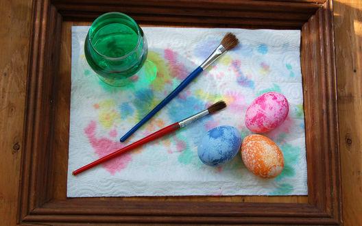 Обои Пасхальные яйца раскрашенные акварельной краской, вода и кисти в рамке