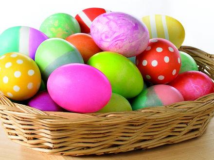 Обои Пасхальные яйца лежат в лукошке