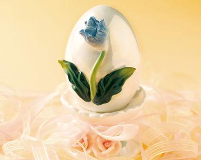 Обои Пасхальное яйцо с голубым цветком на подставке