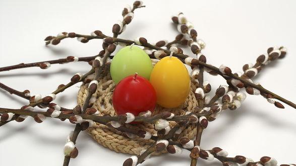 Обои Свечи в виде пасхальных яиц в корзинке и ветки вербы