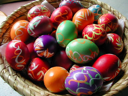 Обои Множество расписных пасхальных яиц в плетеной тарелке