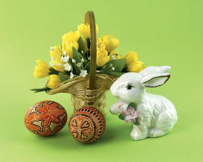 Обои Пасхальный кролик, крашенные яйца и корзина желтых тюльпанов