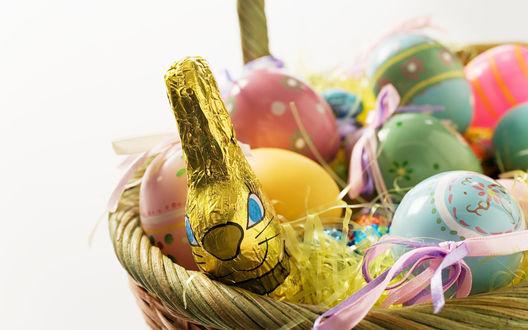 Обои Пасхальные яйца с ленточками и шоколадный зайчик в корзине