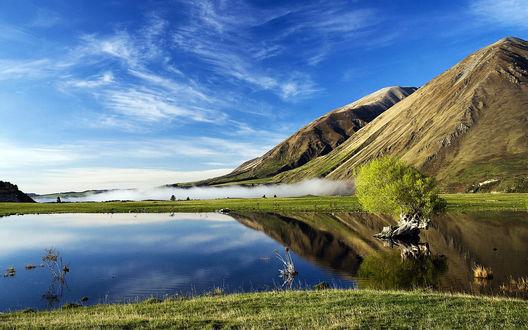 Обои Озеро у склонов гор