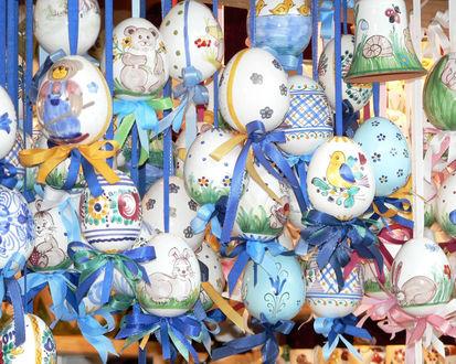 Обои Яйца разукрашенные к пасхе, висящие на синих ленах
