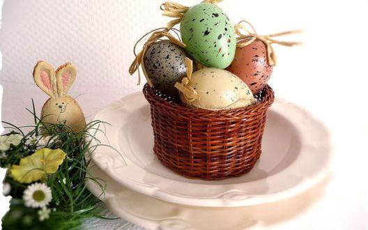 Обои Пасхальные яйца в корзинке, рядом статуэтка зайчика, цветы