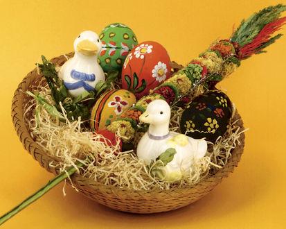Обои Корзина с пасхальными яйцами и фарфоровыми утками