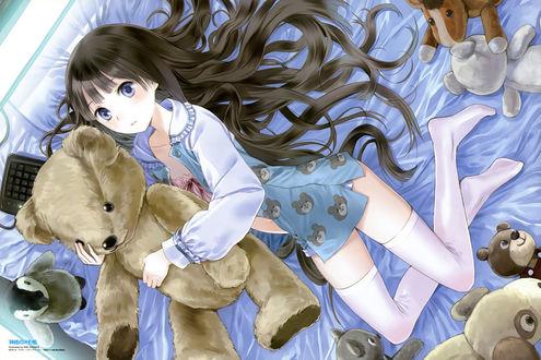 Обои Алиса (Shionji Yuuko / Юко Сиондзи) из аниме Блокнот Бога / Kamisama no Memo-chou лежит на кровати в обнимку с плюшевым медвежонком