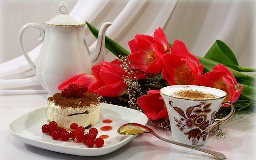 Обои Завтрак. Кружка капучино, пирожное и букет тюльпанов