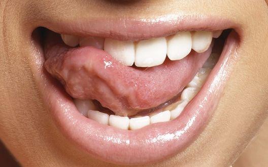 Обои Розовые губы и игривый язычок