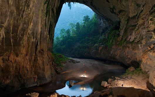 Обои Британские исследователи изучают пещеру горной реки во Вьетнаме