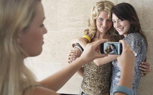 Обои Девушка фотографирует двух других девушек