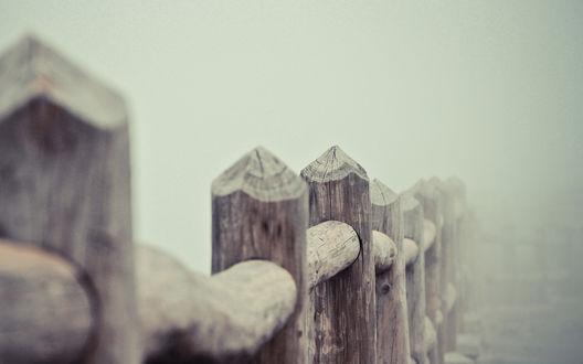 Обои Деревянный забор,окутанный туманом