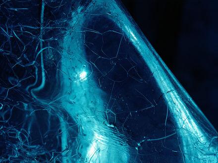 Обои Ледяные трещины. Кусок треснутого льда