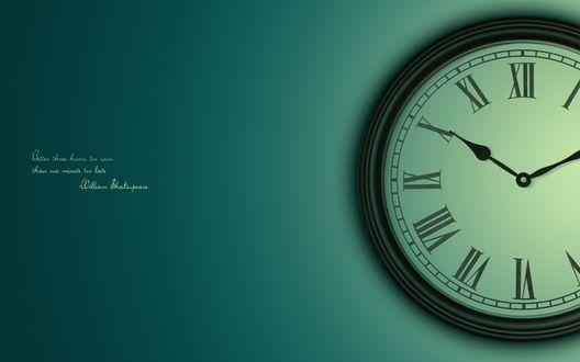 Обои Надпись на фоне часов (Better three hours too soon, Than one minute too late WilliamShakespeare / Лучше на три часа раньше, чем на минуту позже. Вильям  Шекспир)