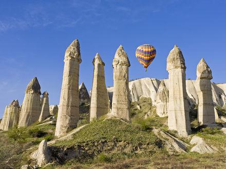 Обои Воздушный шар над столпами из вулканического туфа в долине Любви возле Гереме, Каппадокия, Турция