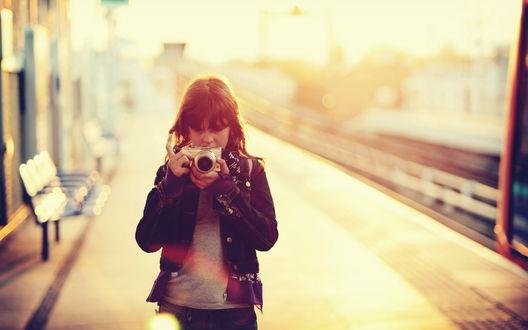 Обои Девочка с фотоаппаратом Olympus в руках