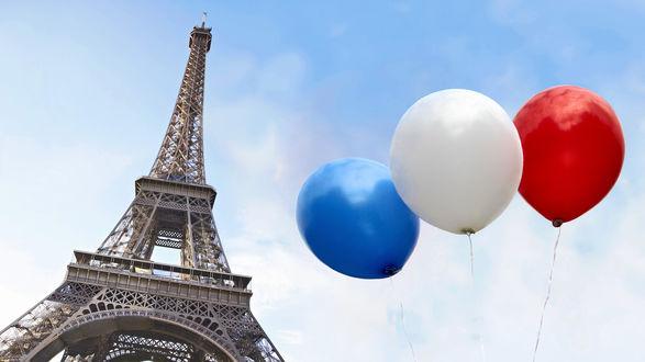Обои Разноцветные шарики в небе на фоне Эйфелевой башни