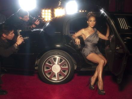 Обои Jennifer Lopez / Дженнифер Лопес в красивом платье выходит из лимузина