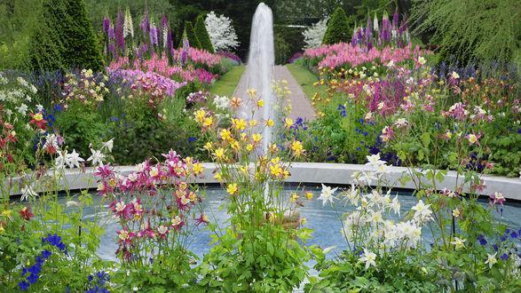Обои Работающий фонтан в цветочном саду, Пенсильвания