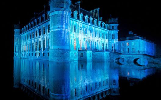 Обои Замок Белёй / Chateau de Beloeil, Бельгия / Belgium. Замок на воде – уникальный памятник средневековой архитектуры освещен неоном. В итоге получается настоящее волшебство - фото Люка Виато