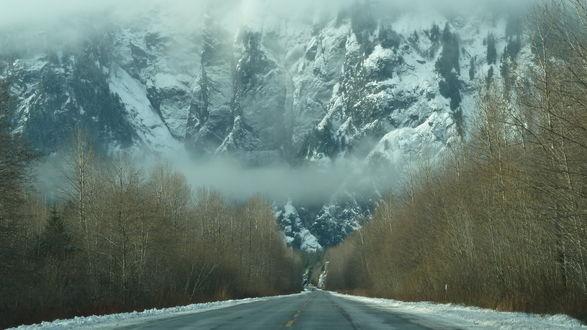 Обои Дорога ведущая в горы, окутанные туманом
