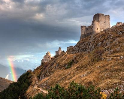 Обои Радуга и развалины старого замка. Фотограф Giovanni Di Gregorio