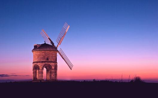 Обои Одинокая мельница на фоне розового заката
