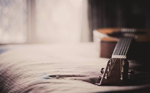Во-первых, тебе недостаточно просто купить гитару. Чтобы научиться играть, нужно уделять этому время постоянно.
