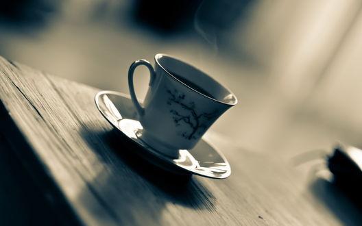 Обои Дымящаяся белая чашка с горячим чаем