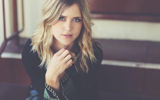 Обои Симпатичная блондинка с серыми глазами