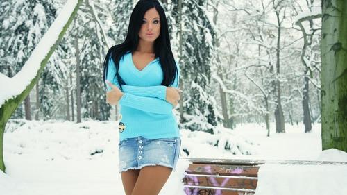 Обои девушка зимой в лесу