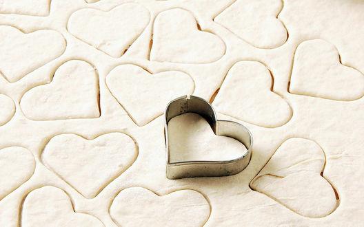 Обои Из теста делают печеньки в форме сердечек