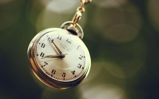 Обои Часы на цепочке
