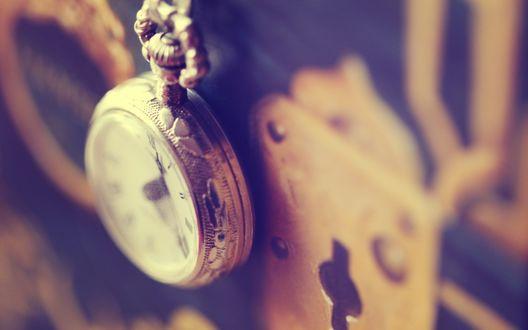 Обои Красивые часы-подвеска