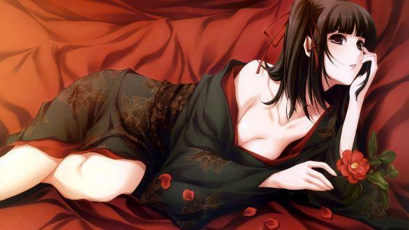 Обои Sugina Miki / Мики Сугина в кимоно с красным цветком в руке лежит на красном шёлке