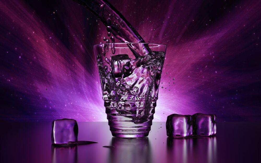 Обои Стакан с водой и льдом на фиолетовом фоне на рабочий стол